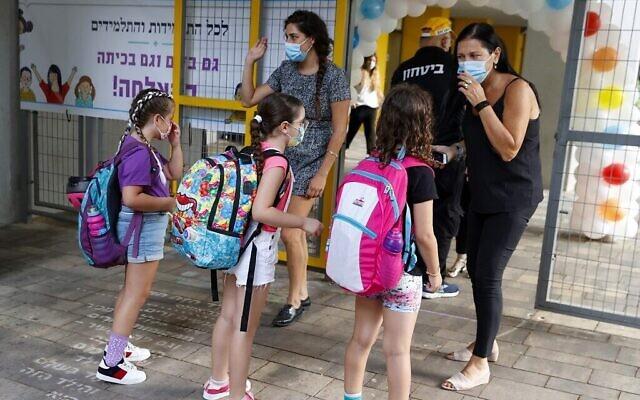 Des enseignants discutent avec leurs élèves le premier jour de classe, pendant la pandémie de coronavirus, à Tel Aviv, le 1er septembre 2020. (JACK GUEZ / AFP)