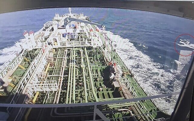 Extrait d'une séquence de vidéosurveillance du Hankuk Chemi, un pétrolier battant pavillon sud-coréen, alors qu'un bateau des corps des gardiens de la révolution islamique iraniens est vu dans un cercle rouge sur l'écran, à Busan, au sud Corée, le 4 janvier 2021. (Crédit : YONHAP / AFP)