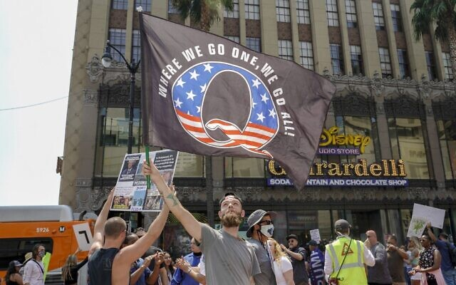Des manifestants de QAnon, spécialistes de la théorie du complot, protestent contre le trafic d'enfants sur Hollywood Boulevard à Los Angeles, Californie, le 22 août 2020. (Kyle Grillot / AFP)