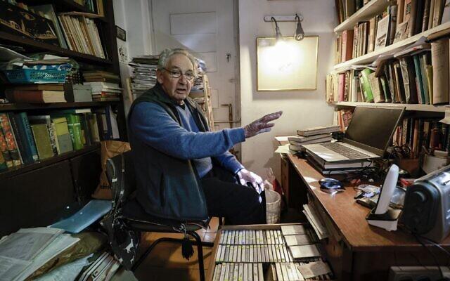 Le chercheur israélien Clinton Bailey montre sa collection d'enregistrements sonores d'entretiens avec des membres de la communauté bédouine à son domicile à Jérusalem le 25 janvier 2021. (Crédit ; MENAHEM KAHANA / AFP)