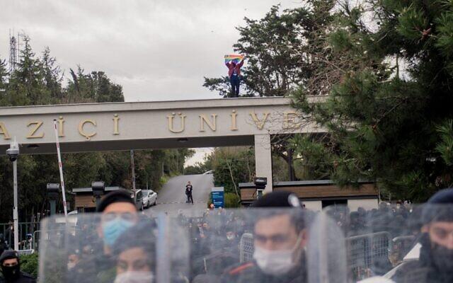 Un étudiant brandit un drapeau LGBT lors d'une manifestation organisée à l'université Bogazici d'Istanbul pour dénoncer les propos anti-LGBT du président Erdogan, le 1er février 2021. (Crédit :  Bulent Kilic / AFP)