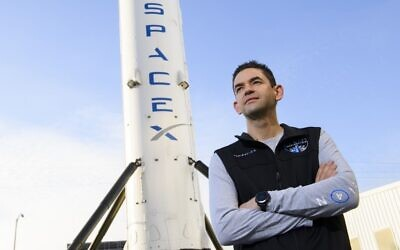 Le commandant de la mission Inspiration4, Jared Isaacman, fondateur et PDG de Shift4 Payments, devant une fusée Falcon 9 à Space Exploration Technologies Corp. (SpaceX), le 2 février 2021, à Hawthorne, en Californie. (Crédit : Patrick T. FALLON / AFP)