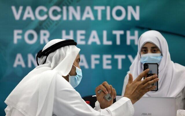Un homme s'apprête à recevoir une dose de vaccin contre le coronavirus dans un centre de vaccination du Centre financier international de Dubaï, le 3 février 2021. (Crédit : Karim SAHIB / AFP)