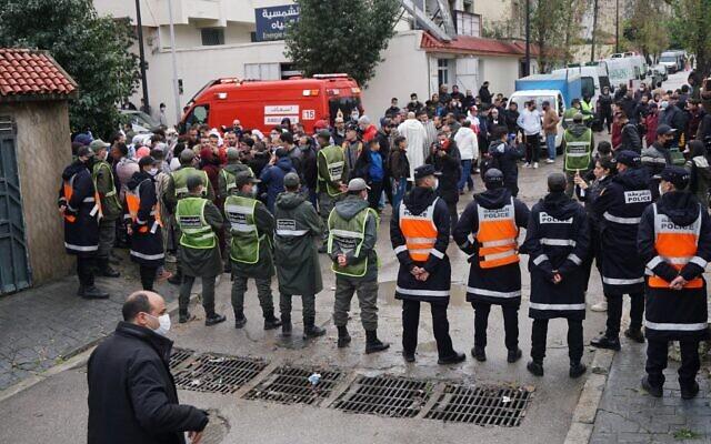 Les services d'urgence se réunissent sur le site d'un atelier textile clandestin qui a été inondé après les fortes pluies qui se sont abattues sur la ville marocaine de Tanger le 8 février 2021. (Crédit : AFP)