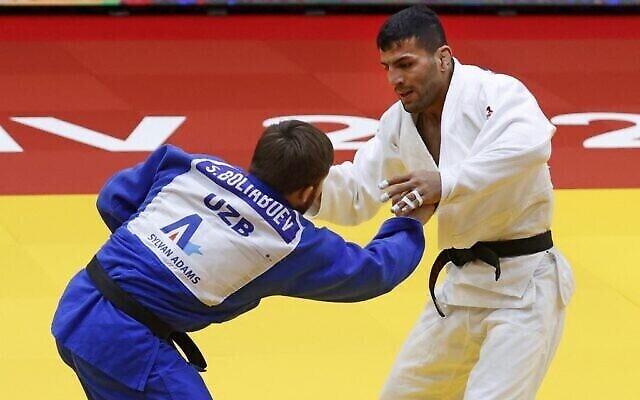 Le judoka de Mongolie d'origine iranienne Saeid Mollaei (blanc) affronte le judoka d'Ouzbékistan Sharofiddin Boltaboev lors de la finale de la catégorie masculine des moins de 81 kg du Grand Chelem de Tel Aviv 2021, dans la ville de Tel Aviv, le 19 février 2021. (JACK GUEZ / AFP)