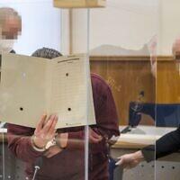 Le Syrien Eyad al-Gharib, accusé de crimes contre l'humanité lors du premier procès du genre suite au conflit syrien, attend son verdict dans la salle d'audience de Coblence, dans l'ouest de l'Allemagne, le 24 février 2021. (Crédit : Thomas Lohnes / AFP / POOL)