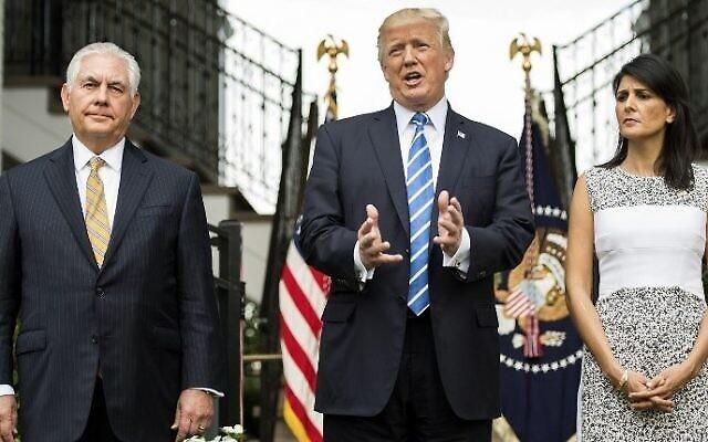 Dossier : Donald Trump (au centre), alors président des États-Unis, s'adresse à la presse avec le secrétaire d'État américain de l'époque, Rex Tillerson (à gauche), et l'ambassadrice aux Nations unies, Nikki Haley (à droite), le 11 août 2017 au Trump National Golf Club de Bedminster, dans le New Jersey. (AFP Photo/Jim Watson)