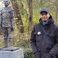 Sergio Berrenstein près de la statue d'Elieser à l'entrée du cimetière juif d'Ouderkerk aan de Amstel, aux Pays-Bas, le 20 novembre 2020. (Crédit : Cnaan Liphshiz/ JTA)