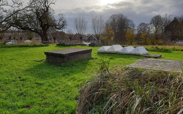 Le cimetière juif d'Ouderkerk aan de Amstel aux Pays-Bas, le 20 novembre 2020. (Crédit : Cnaan Liphshiz/ JTA)