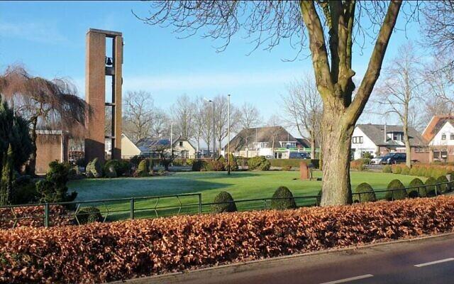 Le clocher de l'église de Nieuwlande, aux Pays-Bas, le 25 janvier 2021. (Crédit : Cnaan Liphshiz/ JTA)