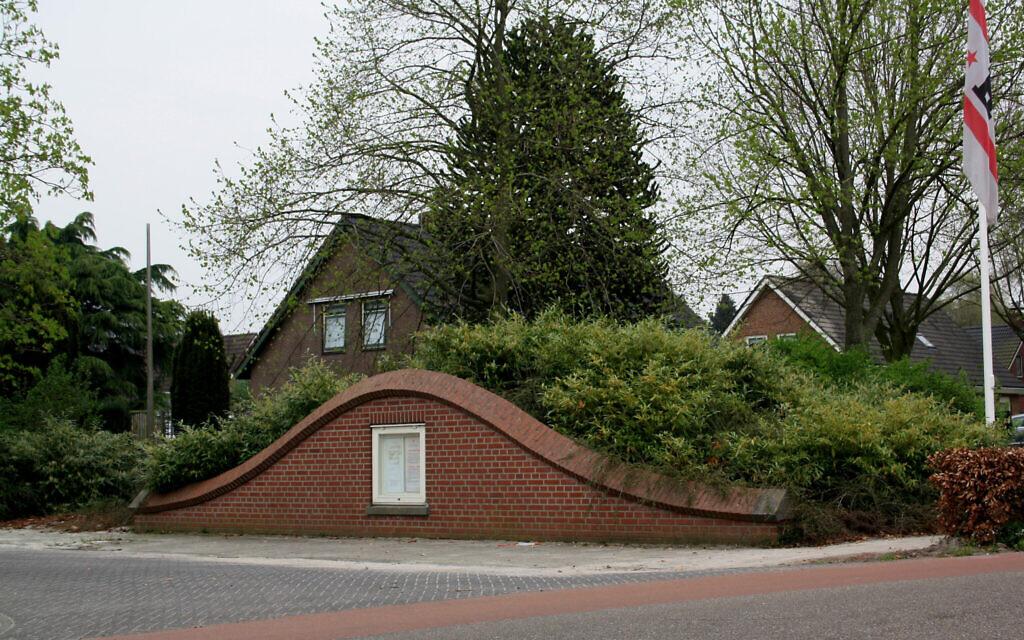 Une copie d'un certificat de Yad Vashem est largement visible sur le monument de commémoration de la Seconde guerre mondiale à Nieuwlande, aux Pays-Bas, qui a été conçu pour ressembler à un abri permettant aux Juifs de se cacher pendant la Shoah. (Crédit : Wikimedia Commons/ via JTA)