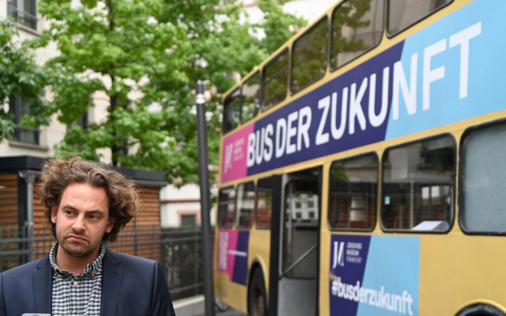 Shai Hoffman explique son projet de bus de rencontres à Francfort, en Allemagne, le 25 août 2020. (Cnaan Liphshiz/ JTA)