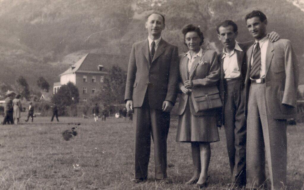 Regina, au centre, et Joseph Dichek, à droite, avec le camp de personnes déplacées de Bad Reichenhall en arrière-plan, en Allemagne, entre 1946 et 1949. (Autorisation : Bernard Dichek)