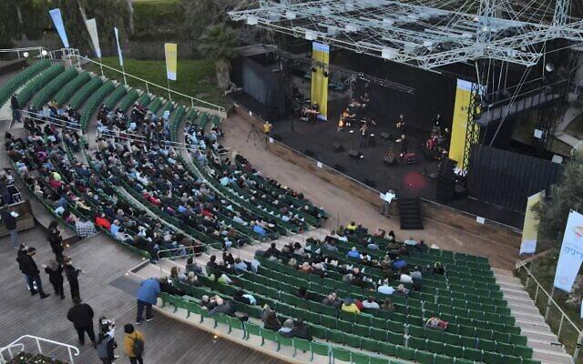 Un concert du chanteur Nurit Galron pour les résidents âgés de la ville dans le parc Ganei Yehoshua, à Tel Aviv, le 24 février 2021. (Crédit : JACK GUEZ / AFP)
