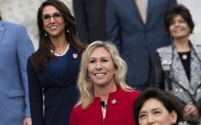Les représentantes Marjorie Taylor Greene, (au centre), et Lauren Boebert, (à gauche), lors d'une photo de groupe avec les nouveaux membres de la Conférence républicaine de la Chambre des représentants à Washington, DC, le 4 janvier 2021. (Tom Williams/CQ-Roll Call, Inc via Getty Images/ via JTA/ SUE)