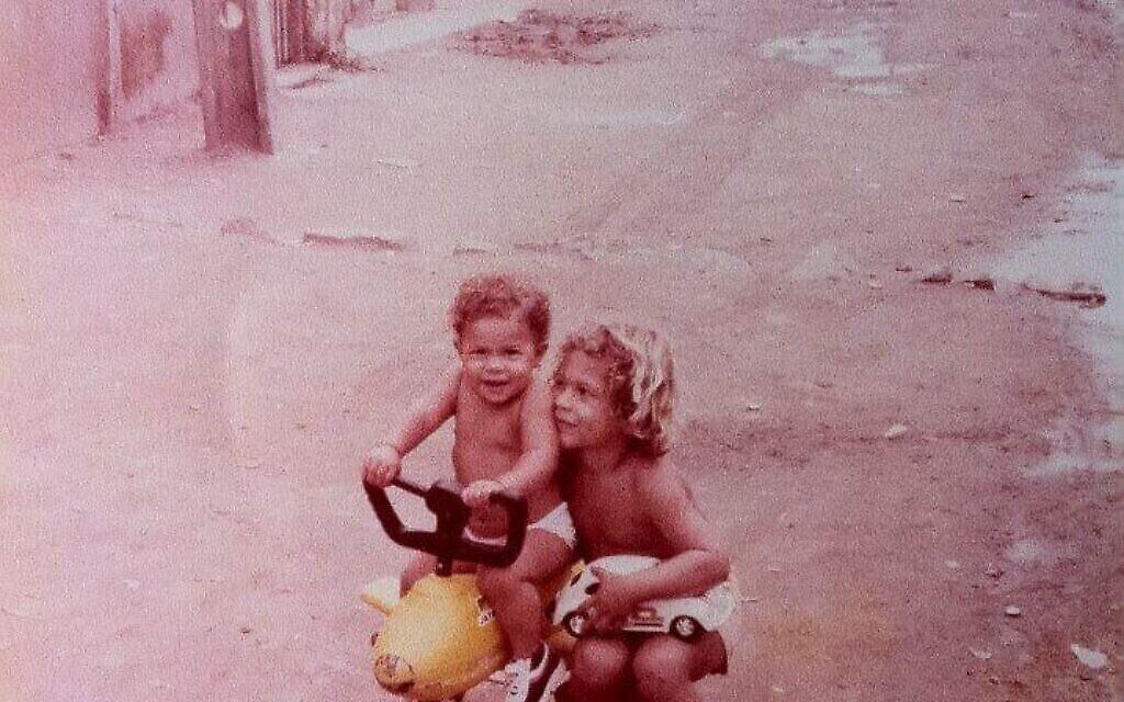 Alander Especie, à droite, avec sa sœur Rednala dans la favela de Vila Vintem à Rio de Janeiro. (Autorisation : Especie / via JTA)