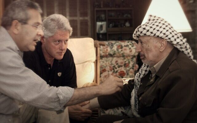 De gauche à droite : Gamal Helal, Bill Clinton, Yasser Arafat à Camp David, juillet 2000. (William J. Clinton Presidential Library/ Courtesy of Sony Pictures Classics)