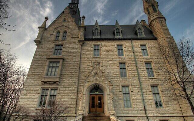 University Hall de la Northwestern University, qui a répondu à une plainte contre Bart van Alphen pour appel à la haine en conseillant à l'étudiant de « tendre la main à Hillel », l'organisation juive du campus. (Wikimedia Commons via JTA)
