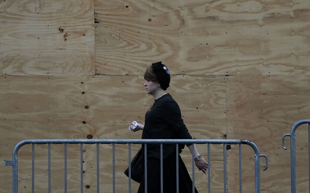 Une femme orthodoxe à Brooklyn, le 29 septembre 2020. (Crédit : Timothy A. Clary/AFP/Getty Images via JTA)