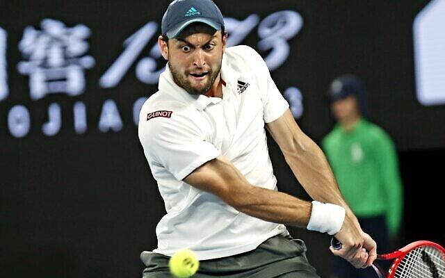 Aslan Karatsev retourne un tir contre Novak Djokovic à l'Open d'Australie à Melbourne, Australie, le 18 février 2021. (Peter Haskin / Australian Jewish News)