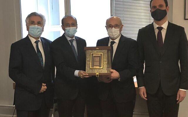 De gauche à droite : Serge Dahan,trésorier du CRIF, Fahad al-Ruwaily, ambassadeur d'Arabie saoudite en France, Francis Kalifat, président du CRIF, et Yonathan Arfi, vice-président du CRIF. (Crédit : CRIF)