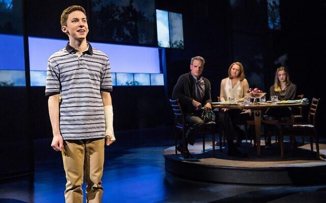 Andrew Barth Feldman dans le rôle éponyme de ''Dear Evan Hansen' avec, de gauche à droite, Michael Park, Jennifer Laura Thompson et Mallory Bechtel. (Crédit : Matthew Murphy/via JTA)