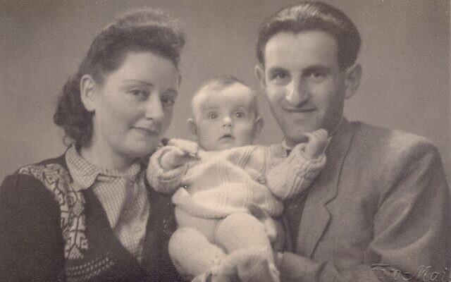 Regina et Joseph Dichek avec leur petite fille Dina. (Autorisation : Bernard Dichek)
