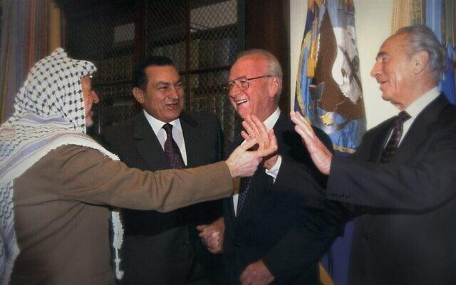 De gauche à droite : Yasser Arafat, Hosni Mubarak, Yitzhak Rabin, Shimon Peres au sommet Oslo B à Washington, DC. (Bureau de presse du gouvernement israélien/ Autorisation de Sony Pictures Classics)