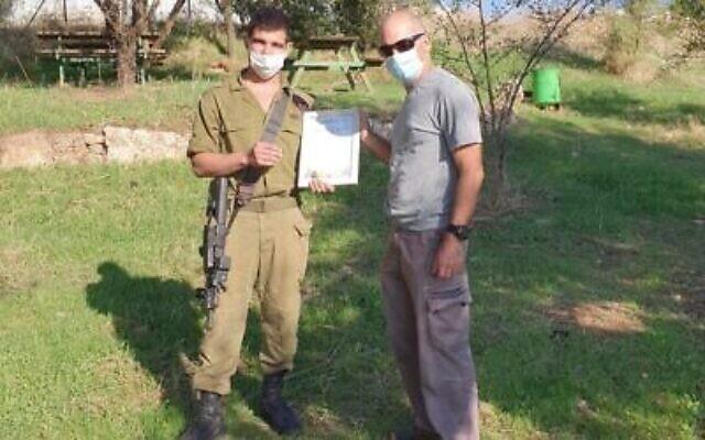Nir Distelfeld de l'Autorité israélienne des antiquités, à droite, présente un certificat d'appréciation à Ido Gardi. (Crédit : Autorité israélienne des antiquités)