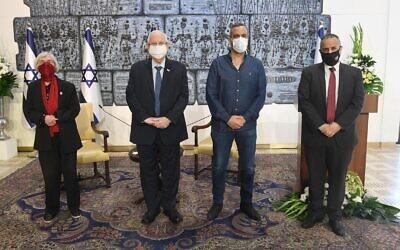 Le Président Reuven Rivlin (deuxième à gauche) accueillant le lancement de l'Institut de presse israélien à la Résidence du Président à Jérusalem, le 7 février 2021. (Mark Neyman/GPO)
