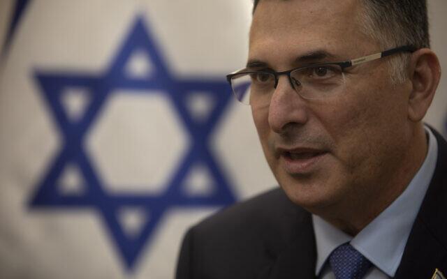 L'homme politique israélien Gideon Saar s'exprime au siège de son parti Tikva Hadasha à Tel Aviv, Israël, le 14 janvier 2021. (AP Photo/Sebastian Scheiner)