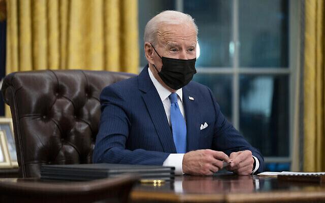 Le président américain Joe Biden s'exprime dans le Bureau ovale de la Maison Blanche à Washington, le 2 février 2021. (Crédit : AP Photo/Evan Vucci)