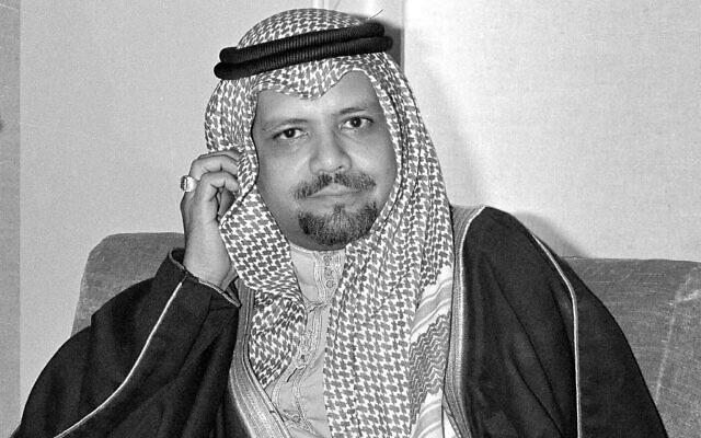 Le ministre saoudien du pétrole, Ahmed Zaki Yamani, écoute les questions des journalistes lors d'une conférence de presse à Doha, au Qatar, après son arrivée pour assister à la réunion de l'OPEP, le 14 décembre 1976,  (Crédit : AP, Archive)