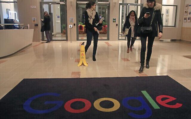 Des employés de Google dans le hall de Google France à Paris, le 18 novembre 2019. (Crédit : AP Photo/Michel Euler)