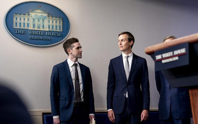 Avraham Berkowitz, assistant du président et représentant spécial pour les négociations internationales, à gauche, et Jared Kushner, conseiller principal du président Donald Trump à la Maison Blanche, lors d'un point de presse dans la salle de presse James Brady à la Maison Blanche à Washington, le 13 août 2020. (Crédit : AP Photo/Andrew Harnik)