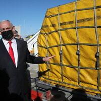 Le Premier ministre israélien à l'arrivée de plus de 100 000 doses de vaccins à l'aéroport Ben Gurion près de Tel Aviv, en Israël, le 9 décembre 2020. (Crédit :  Abir Sultan/Pool Photo via AP)