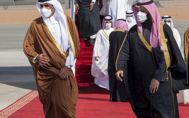 Dans cette photo d'archive du 5 janvier 2021, fournie par la Cour royale saoudienne, le prince héritier d'Arabie saoudite Mohammed ben Salmane, à droite, accueille l'émir du Qatar, le cheikh Tamim bin Hamad al-Thani, à son arrivée pour assister à la 41e réunion du Conseil de coopération du Golfe. Sommet à Al-Ula, Arabie Saoudite. (Crédit : Cour royale saoudienne via AP, dossier)