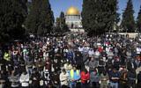 Des fidèles musulmans participent à la prière du vendredi tournant le dos au Dôme du Rocher dans le complexe de la mosquée Al Aqsa, sur le mont du Temple dans la Vieille Ville de Jérusalem, le 12 février 2021. (AP Photo/Mahmoud Illean)