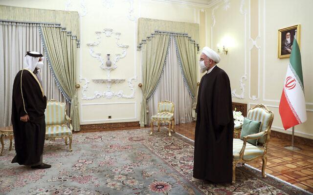 Le président iranien Hassan Rouhani, à droite, accueille le vice-Premier ministre et ministre des Affaires étrangères du Qatar, Cheikh Mohammed ben Abderrahmane Al-Thani, à Téhéran, en Iran, le lundi 15 février 2021. (Bureau de la présidence iranienne via AP)