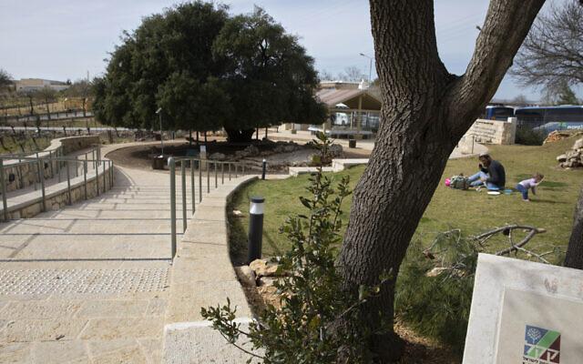 Un panneau atteste du fait que la petite promenade a été construite par le Fonds national juif, connu par son acronyme hébreu KKL, près de l'implantation israélienne d'Alon Shvut, en Cisjordanie, le 22 février 2021. (Crédit : AP Photo/Sebastian Scheiner)