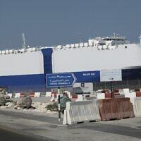 Photo d'illustration : Un cargo amarré  au port de Dubaï, le 3 janvier 2010. (Crédit :  AP Photo/Kamran Jebreili, File)