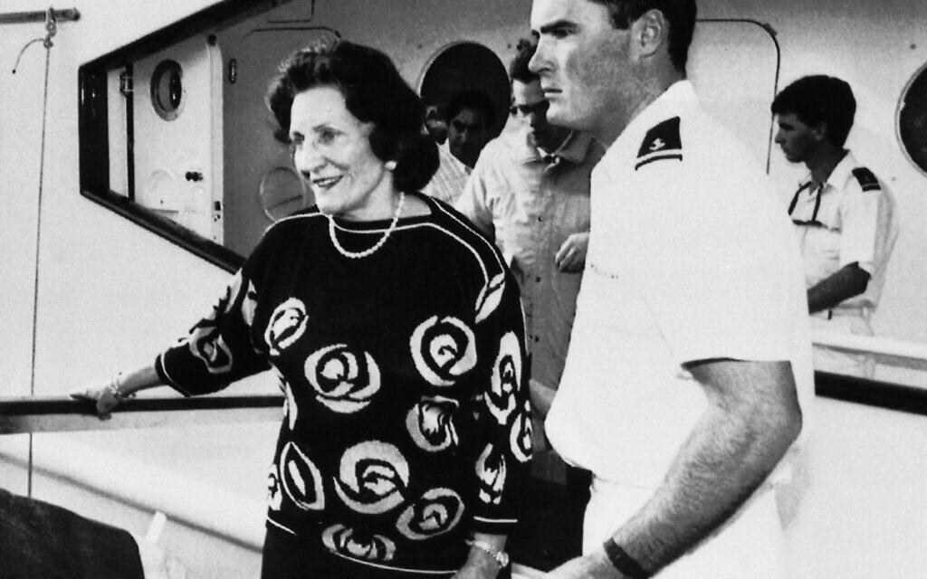 Elizabeth Maxwell quitte Lady Ghislaine pour aller à l'aéroport lors du transfert de la dépouille de feu son mari Robert Maxwell vers Israël à Santa Cruz de Tenerife, accompagnée de son fils Philip avec les lunettes de soleil, le 7 novembre 1991. (Crédit :   Dominique Mollard)