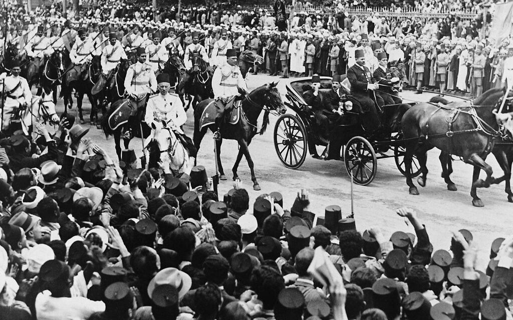 Des milliers de personnes acclament le roi égyptien Farouk, en voiture avec le Premier ministre Ali Maher Pacha au Caire, le 11 mai 1936. (Crédit : AP Photo / Staff / Len Puttnam)