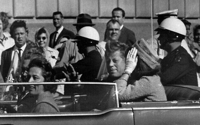 Le président John F. Kennedy dans le cortège présidentiel, environ une minute avant d'être abattu à Dallas, Texas, le 22 novembre 1963. Dans la voiture avec Kennedy se trouvent Mme Jacqueline Kennedy, à droite, Nellie Connally, gauche, et son mari, le gouverneur du Texas John Connally. (Photo AP / Jim Altgens)