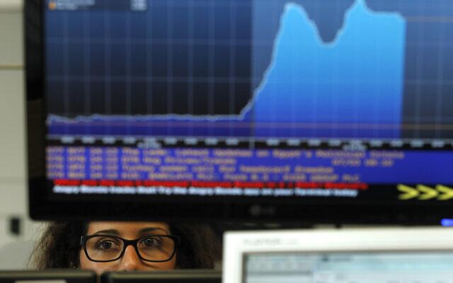 Illustration : Une courtière travaille dans la salle des marchés d'une banque portugaise à Lisbonne, le mercredi 3 juillet 2013. (AP/Francisco Seco)