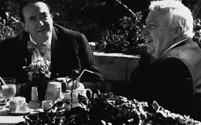Immédiatement après avoir présenté sa démission du ministère de l'Industrie, Ariel Sharon, alors député, rencontre le millionnaire britannique Robert Maxwell, à gauche, à Jérusalem, le 20 février 2020. (Crédit : AP Photo)