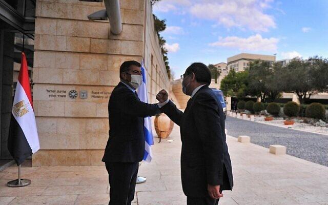 Rencontre entre le ministre des Affaires étrangères Gabi Ashkenazi (à gauche) et le ministre égyptien du Pétrole Tarek El-Molla à Jérusalem, le 21 février 2021. (Crédit photo : MFA)