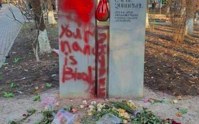 Le mémorial de la Shoah d'Erevan profané, le 12 février 2021. (Crédit : Rabbi Zamir Isayev / Twitter)