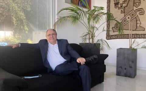 Dani Dayan du parti Tikva Hadasha chez lui à Maaleh Shomron, le 8 février 2021. (Lazar Berman/Times of Israel)