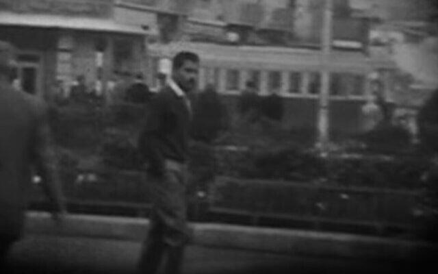 Capture d'écran d'une vidéo montrant l'espion israélien Eli Cohen marchant dans une rue de Damas, en Syrie. (Capture d'écran YouTube)